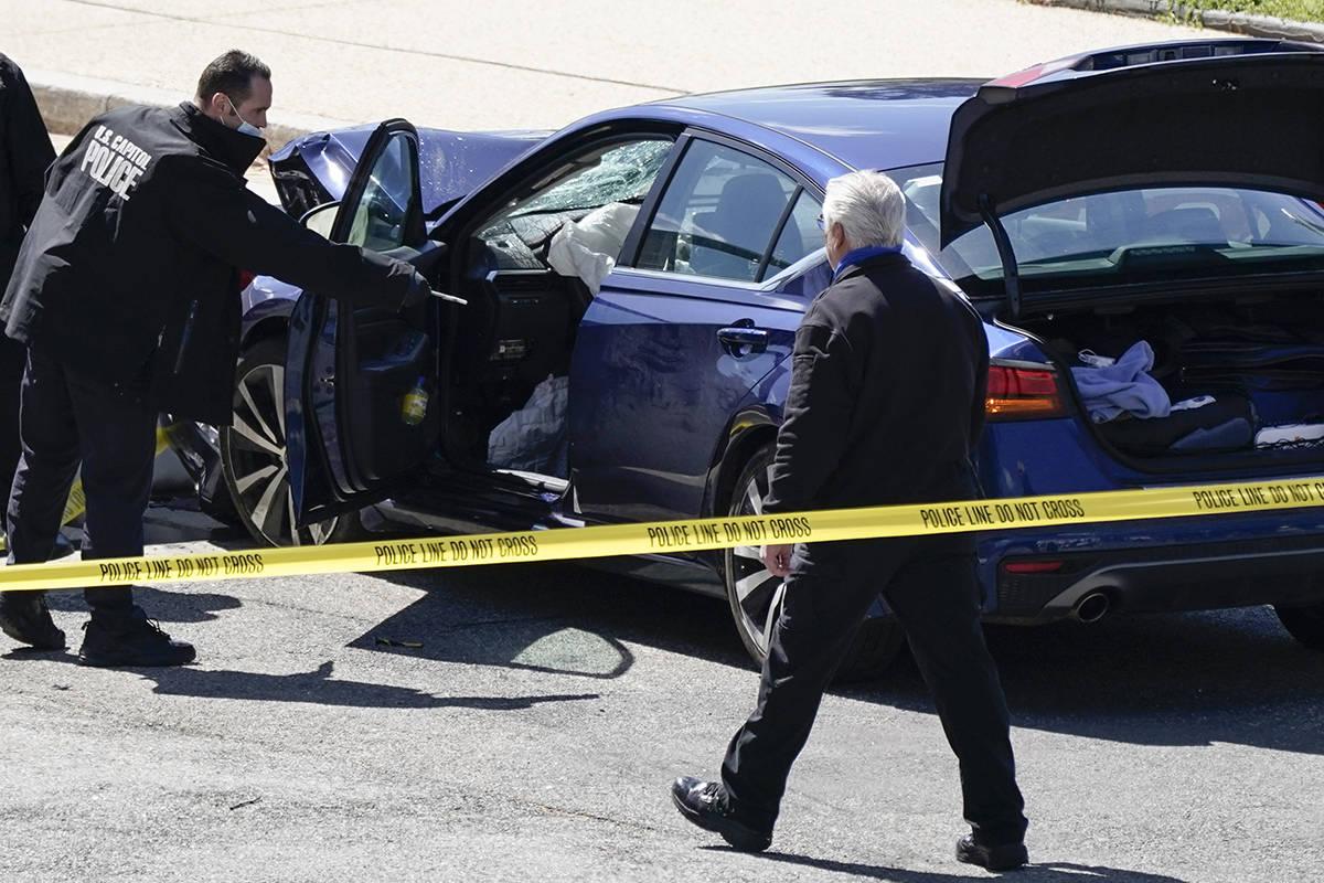 Agentes de la Policía del Capitolio de EE.UU. analizan un automóvil que se estrelló contra u ...