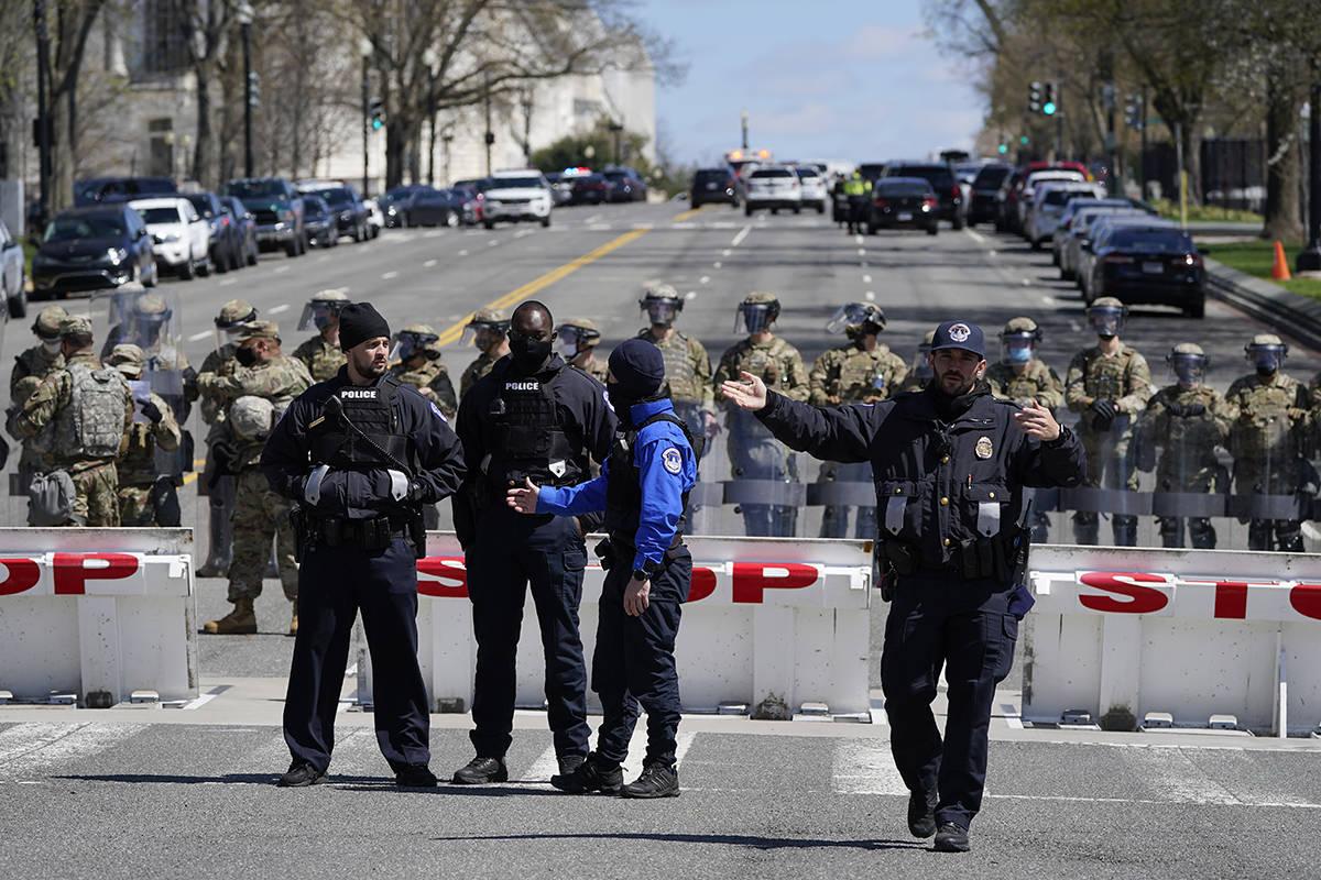 Miembros de la Policía del Capitolio de los Estados Unidos montan guardia cerca de la escena d ...