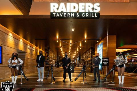 """La inauguración de """"Raiders Tavern & Grill"""" se hizo oficial con una ceremonia de corte de ..."""