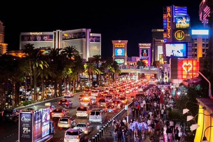 El Strip se llena en las afueras de París Las Vegas el viernes 19 de marzo de 2021. [Foto Benj ...