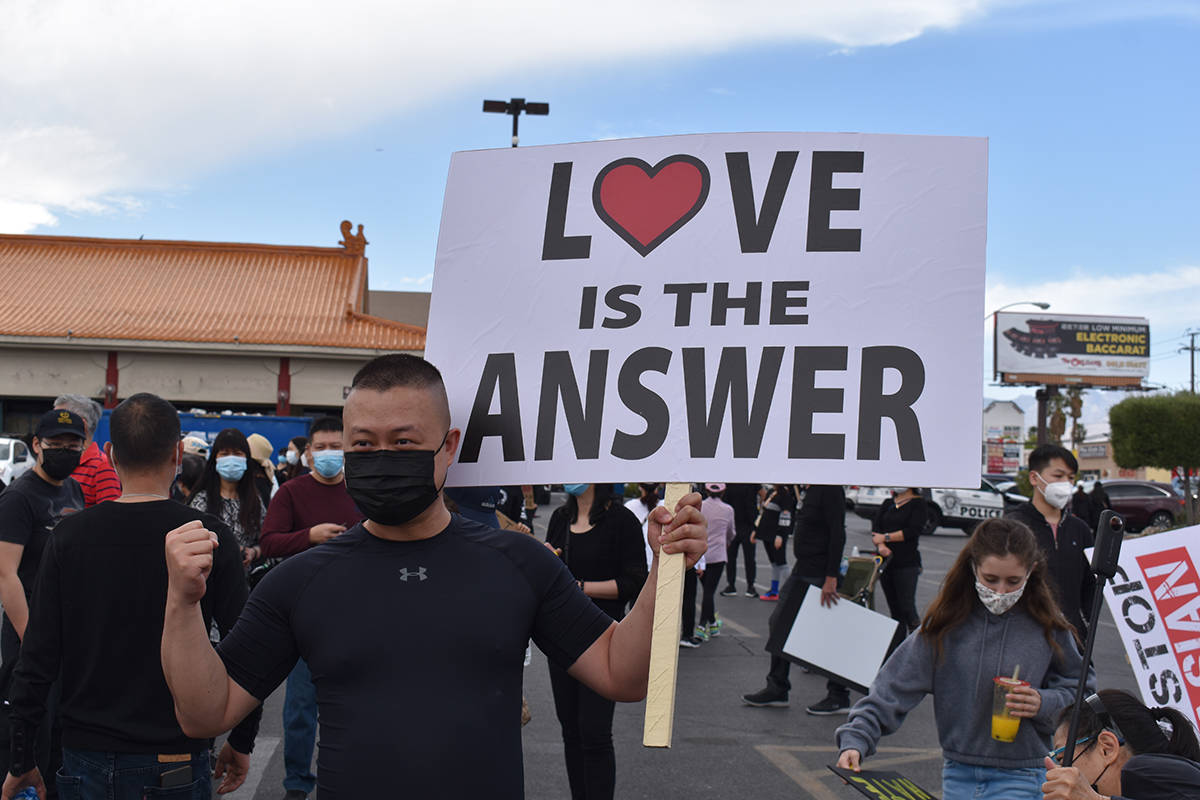 """Otra de las consignas en el evento denominado """"Stop Asian Hate"""" efectuado en el centro come ..."""