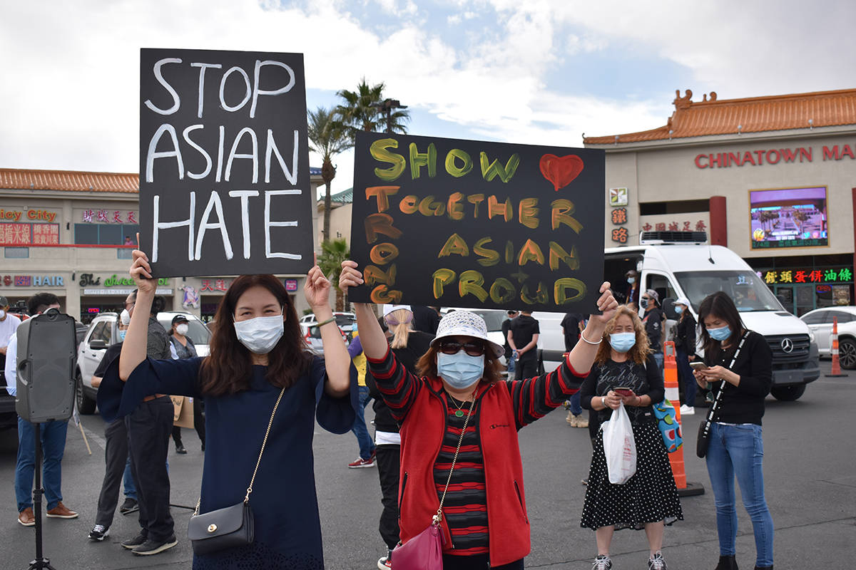"""Entre las consignas en el evento denominado """"Stop Asian Hate"""" efectuado en el centro comerc ..."""