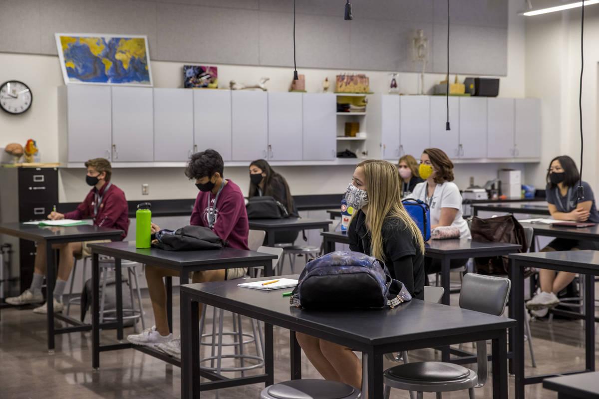 Los estudiantes se mantienen socialmente distanciados mientras asisten a la clase de anatomía ...