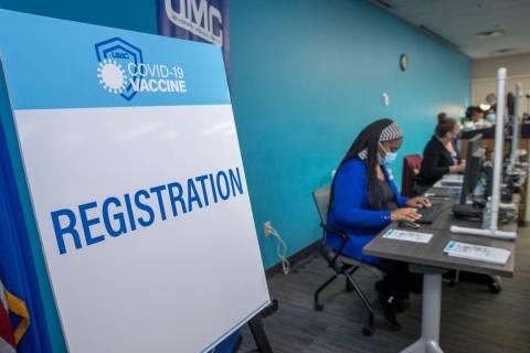 Mesa de registro mientras los trabajadores de salud de primera fila del University Medical Cent ...