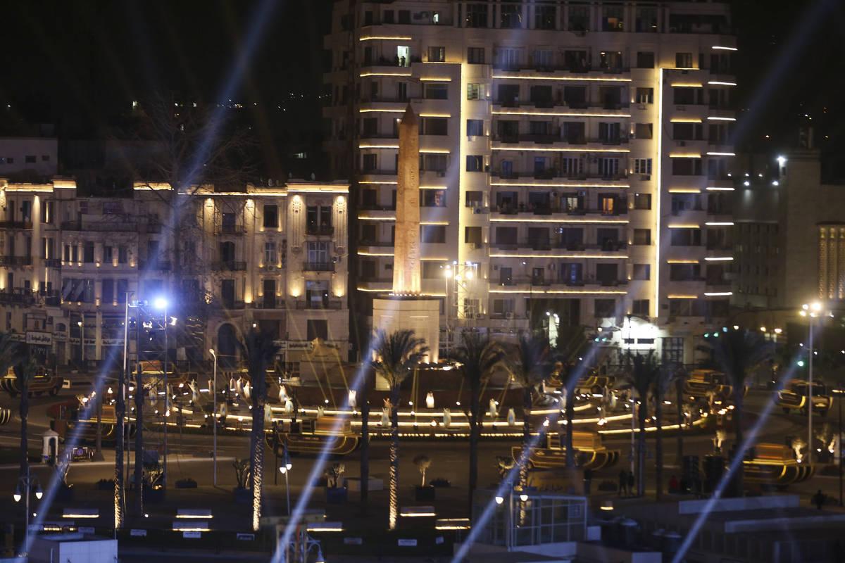 Un convoy de vehículos que transportan momias reales se ve en El Cairo, Egipto el sábado, 3 d ...