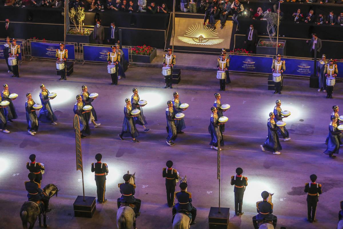 Gente observa el desfile de momias reales en El Cairo, Egipto el sábado, 3 de abril de 2021. E ...