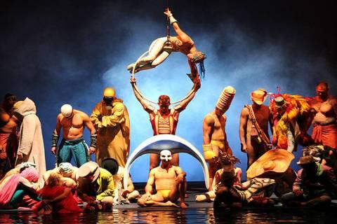 """El elenco de """"O"""" del Cirque du Soleil se presenta durante el espectáculo del 10º aniversario ..."""
