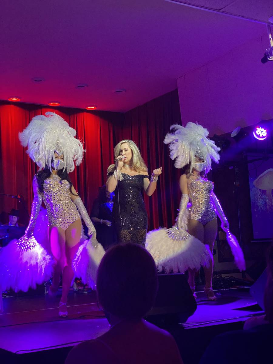 Jaime Lynch se presenta con las ZB Showgirls en Italian American Club el jueves, 1° de abril d ...