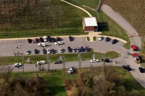En esta foto proporcionada por WJLA, la policía responde a la escena de un tiroteo en Frederic ...