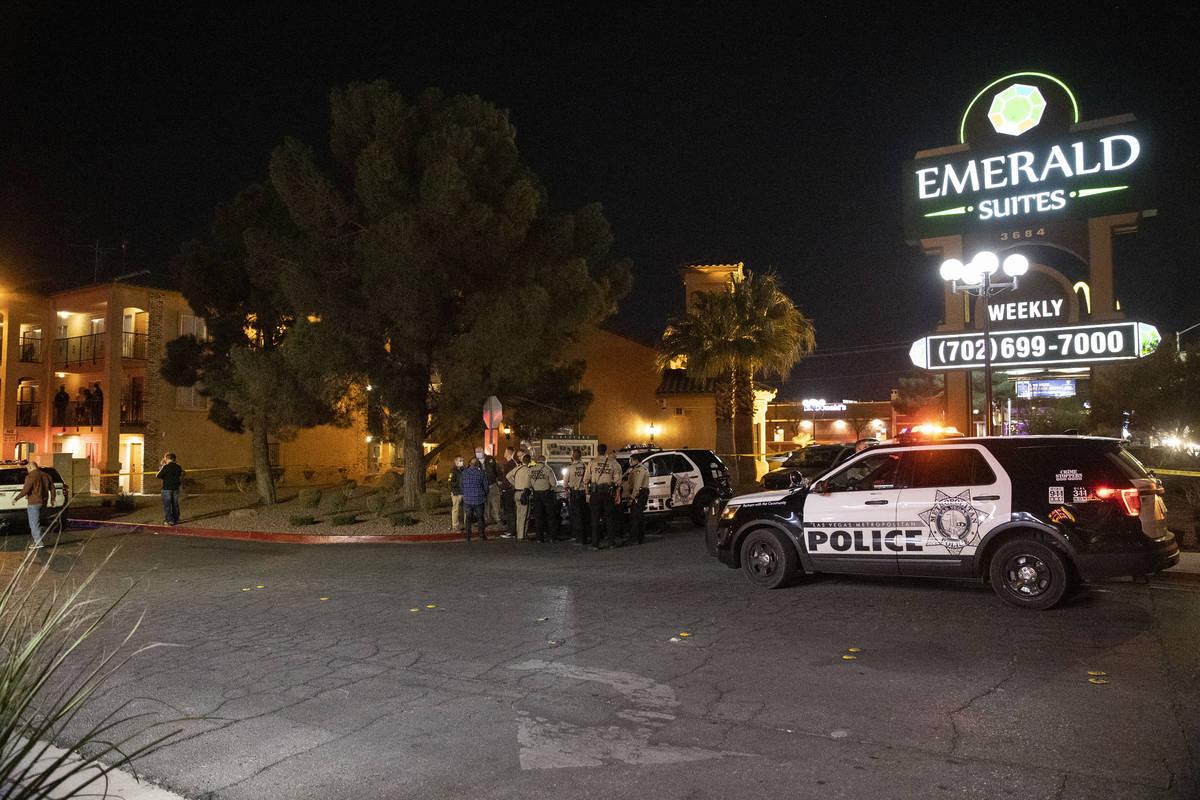 La policía de Las Vegas investiga la escena de un homicidio en la cuadra 3600 de Paradise Road ...