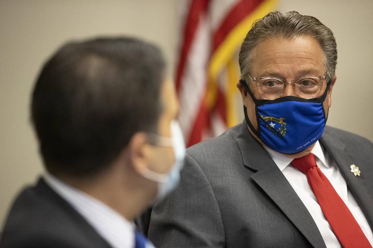 Brin Gibson, a la derecha, presidente de la Junta de Control de Juegos de Nevada, y John Moran, ...
