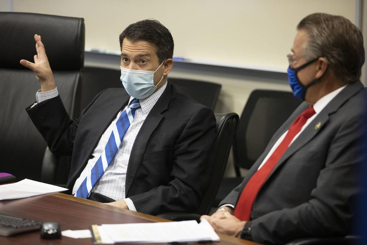 Brin Gibson, a la izquierda, presidente de la Junta de Control de Juegos de Nevada, y John Mora ...