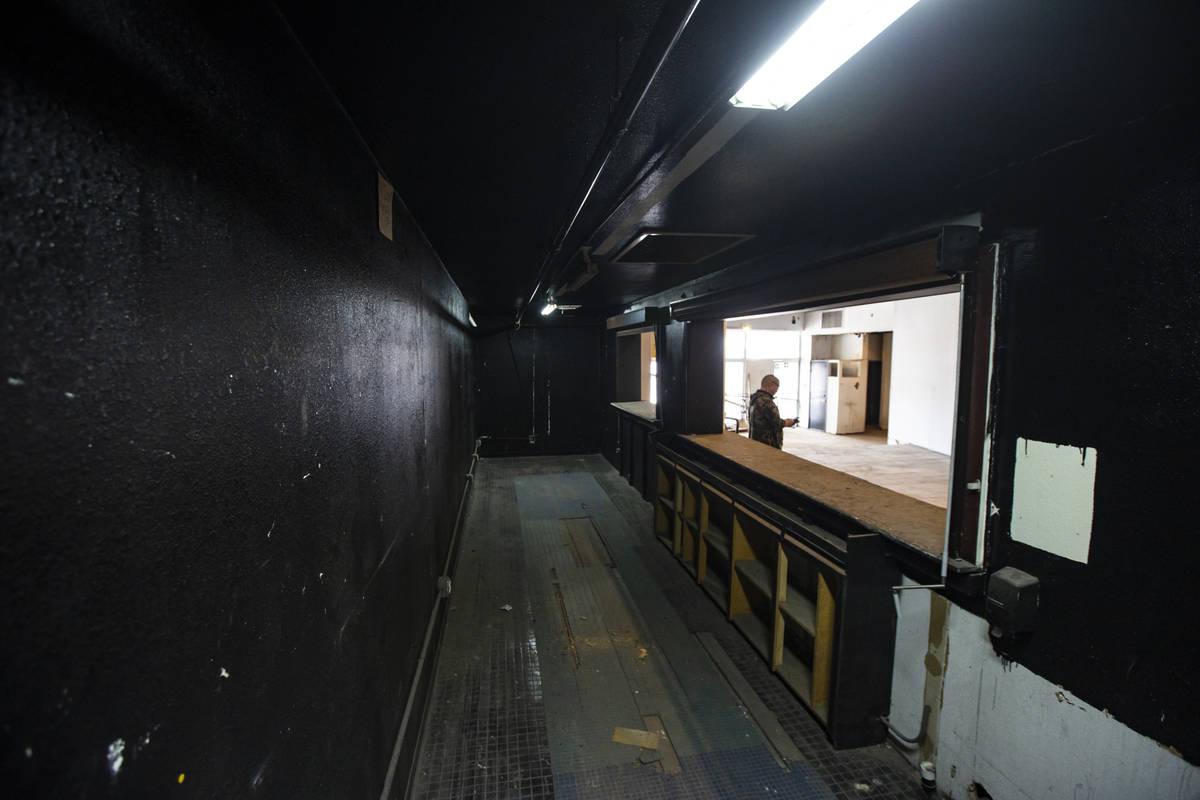 Un bar y una zona de aperitivos dentro del Huntridge Theater el día después de que el fundado ...