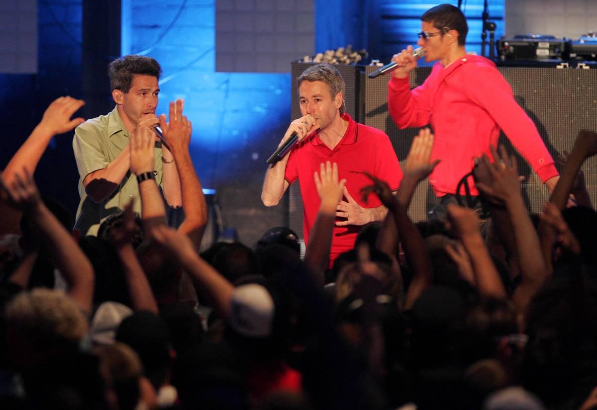Los miembros de los Beastie Boys, desde la izquierda, Adam Horovitz, Adam Yauch y Michael Diamo ...