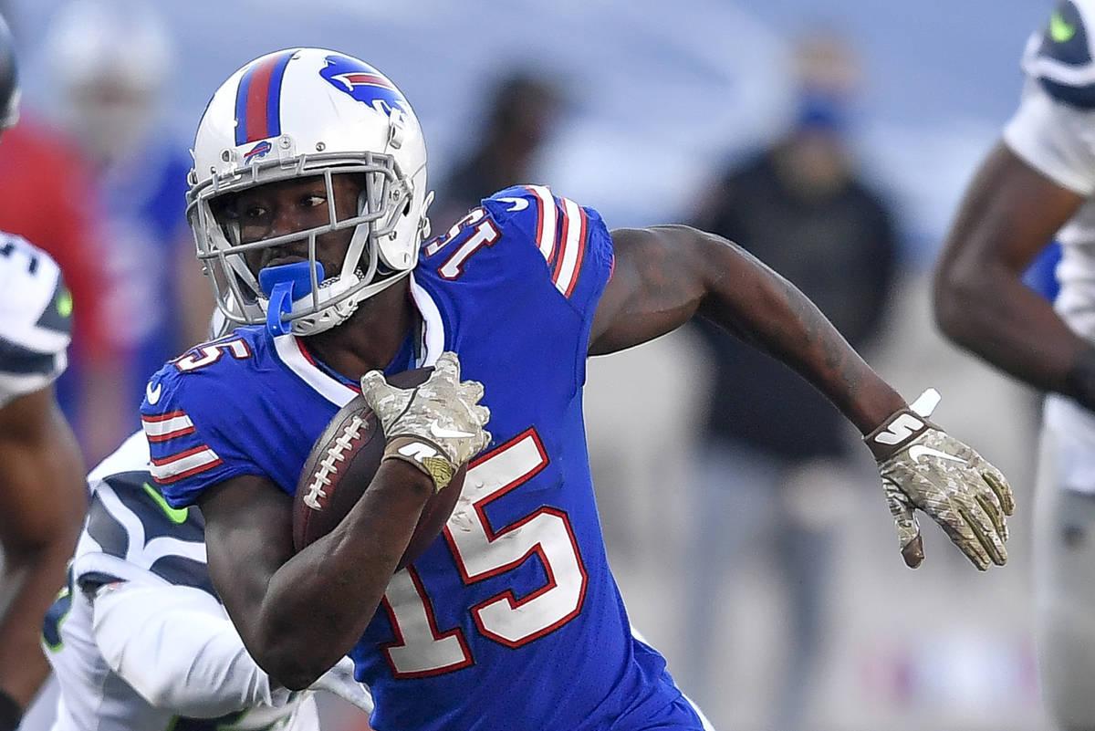 En esta foto de archivo del 8 de noviembre de 2020, el wide receiver de Buffalo, John Brown (15 ...