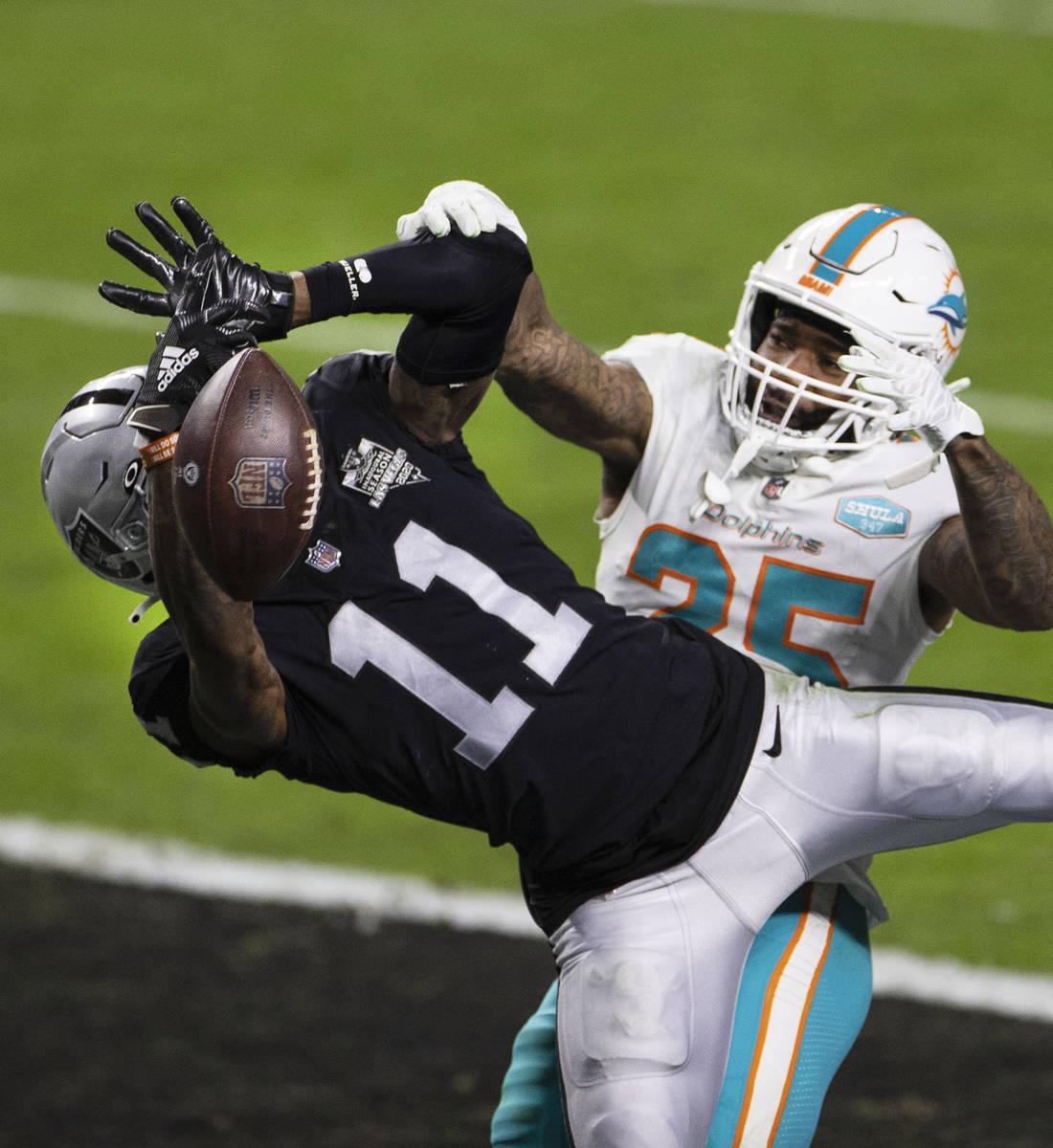 El wide receiver de los Raiders, Henry Ruggs III (11), no logra atrapar el balón mientras el c ...