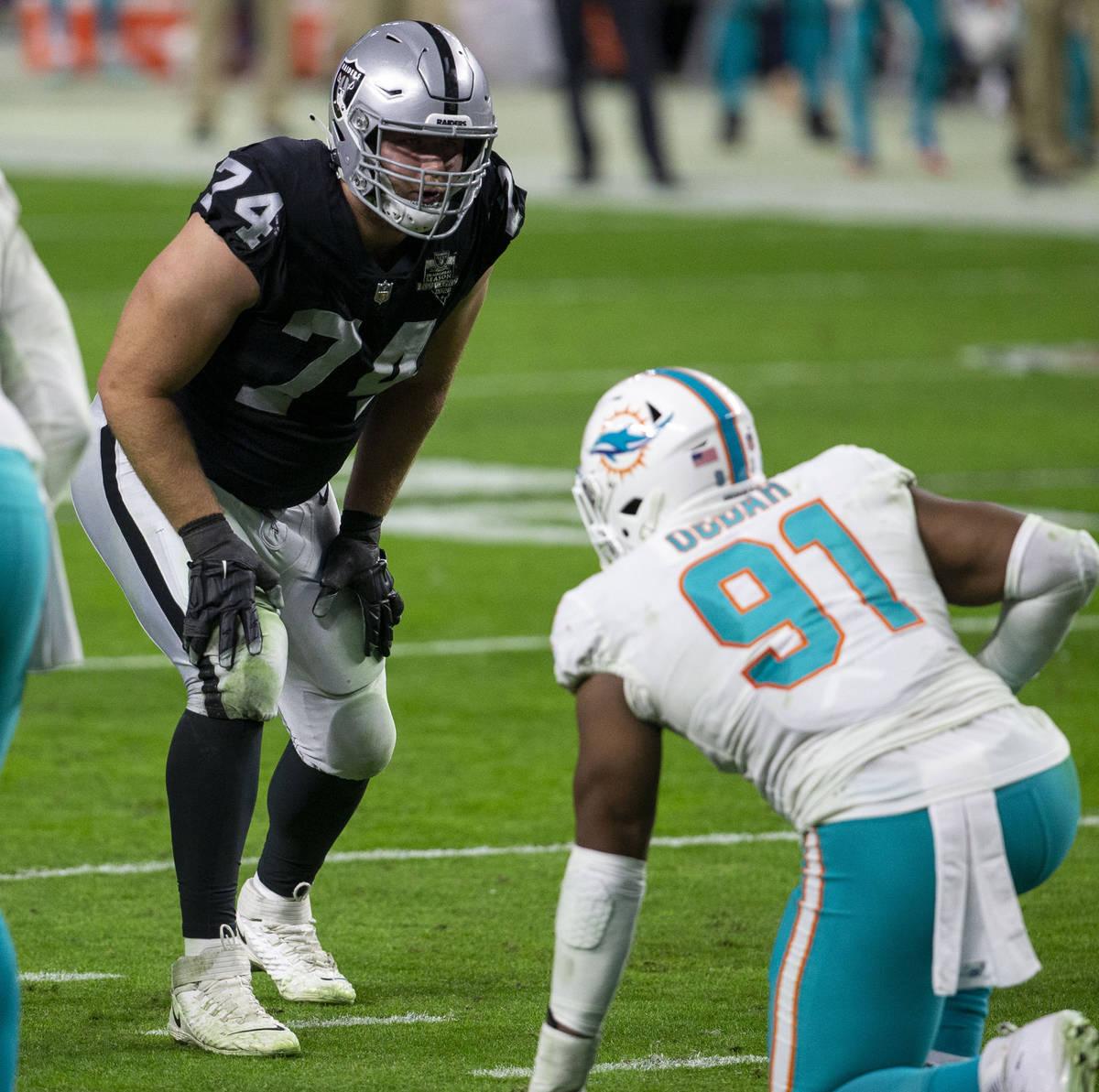 El tackle ofensivo de los Raiders, Kolton Miller (74), se prepara contra el defensive end de lo ...