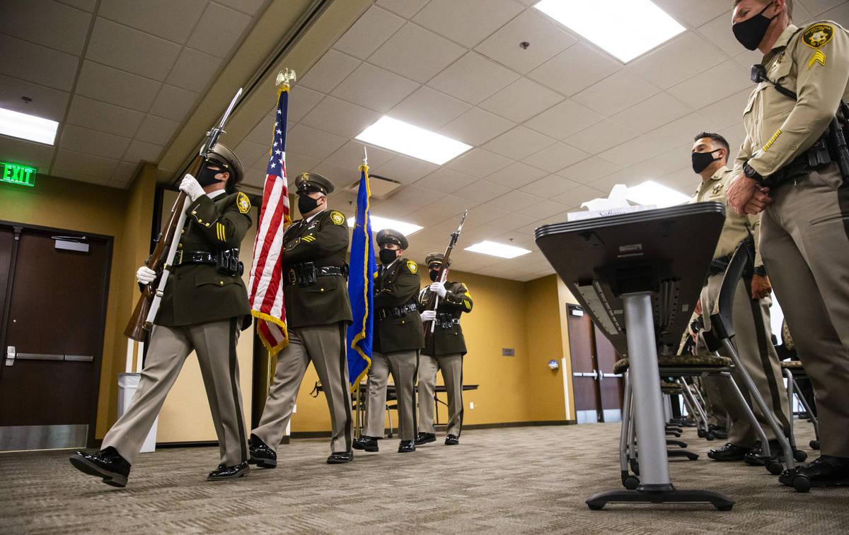 La guardia de honor del Departamento de Policía Metropolitana presenta los colores durante una ...