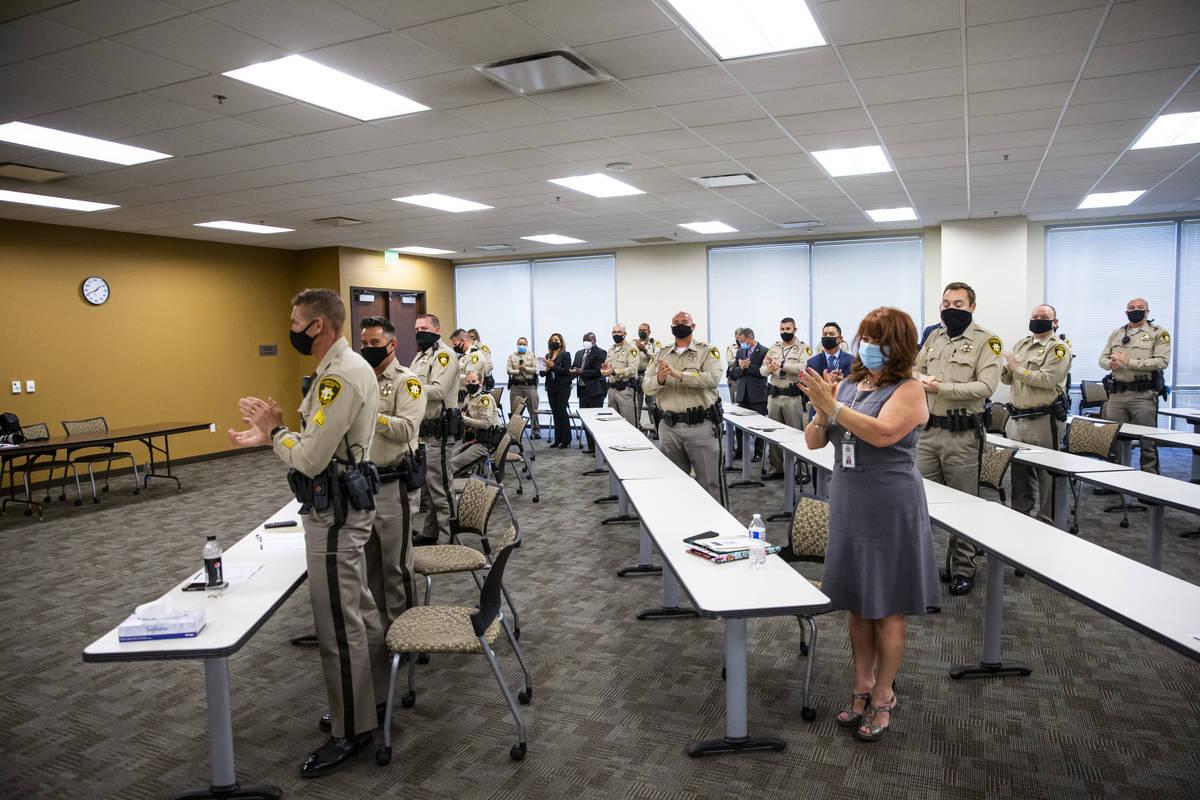 """Asistentes aplauden al final de una ceremonia por """"valentía y excelencia"""" en la sede del Depar ..."""