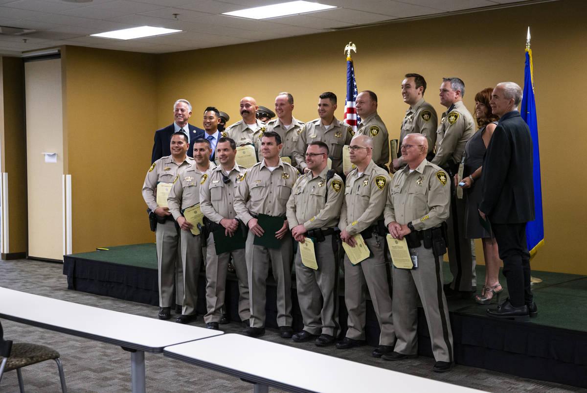 Miembros de la unidad de policía digital del Departamento de Policía Metropolitana posan para ...