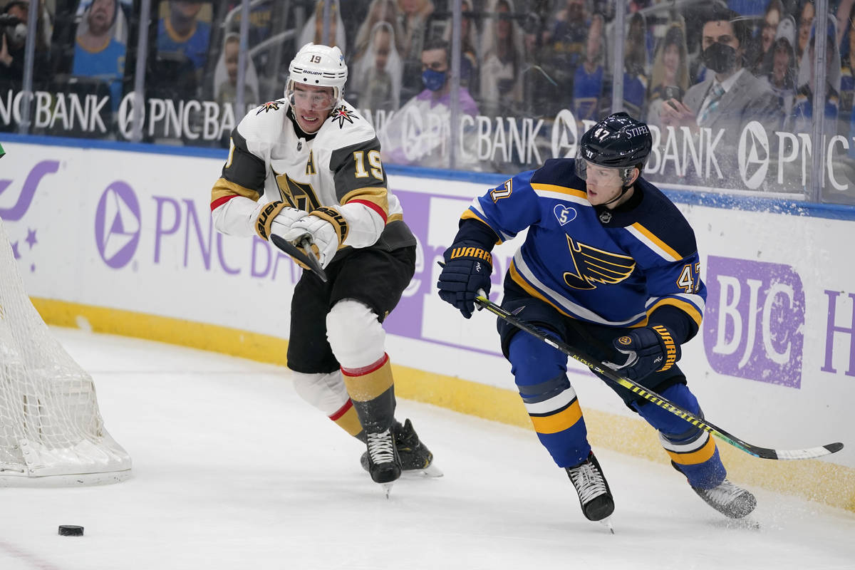 Reilly Smith (19), de los Vegas Golden Knights, y Torey Krug, de los St. Louis Blues, persiguen ...