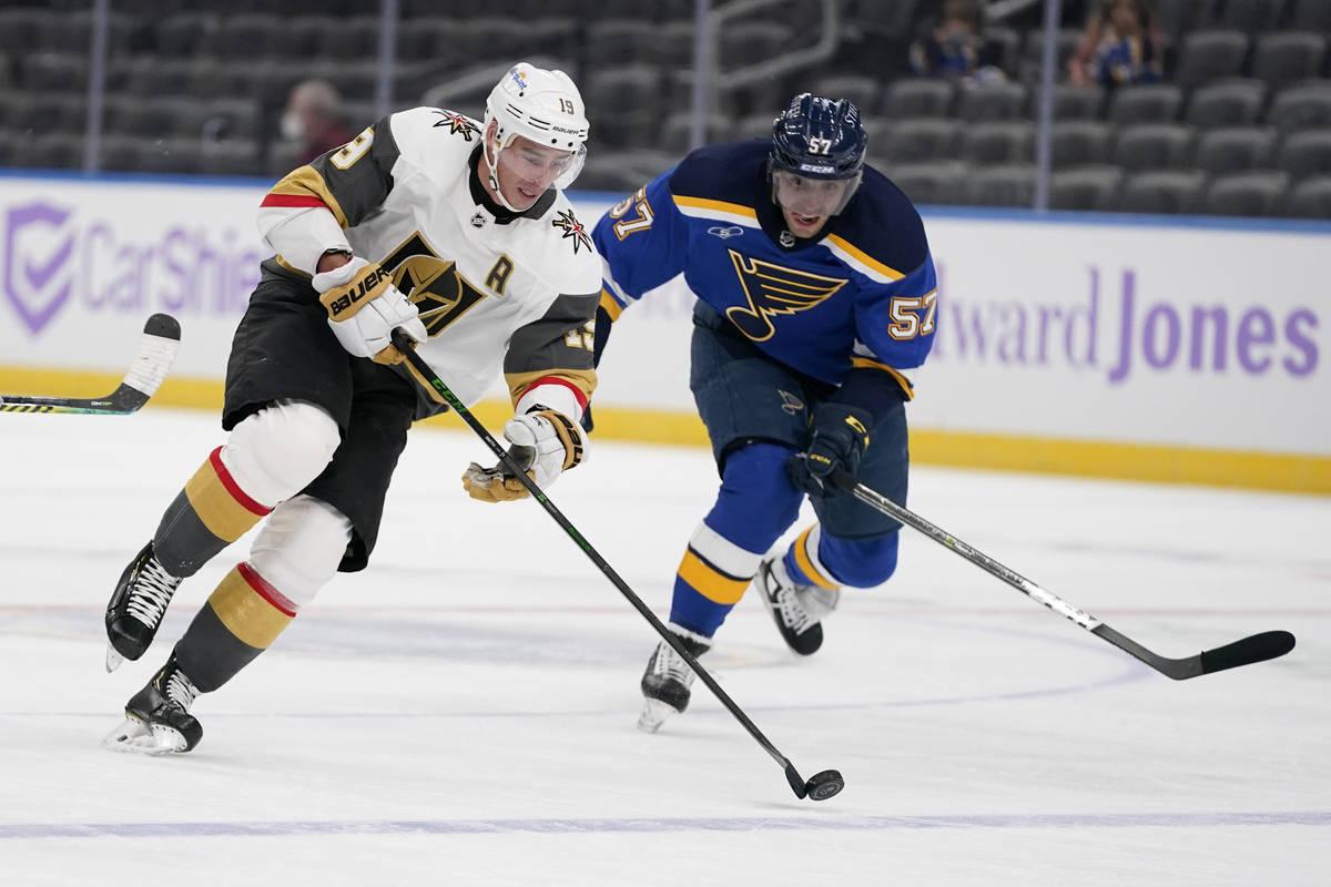 Reilly Smith (19), de los Vegas Golden Knights, baja el puck por el hielo mientras David Perron ...