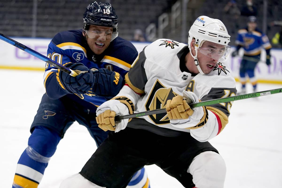 Reilly Smith, de los Vegas Golden Knights, a la derecha, patina mientras Brayden Schenn (10), d ...