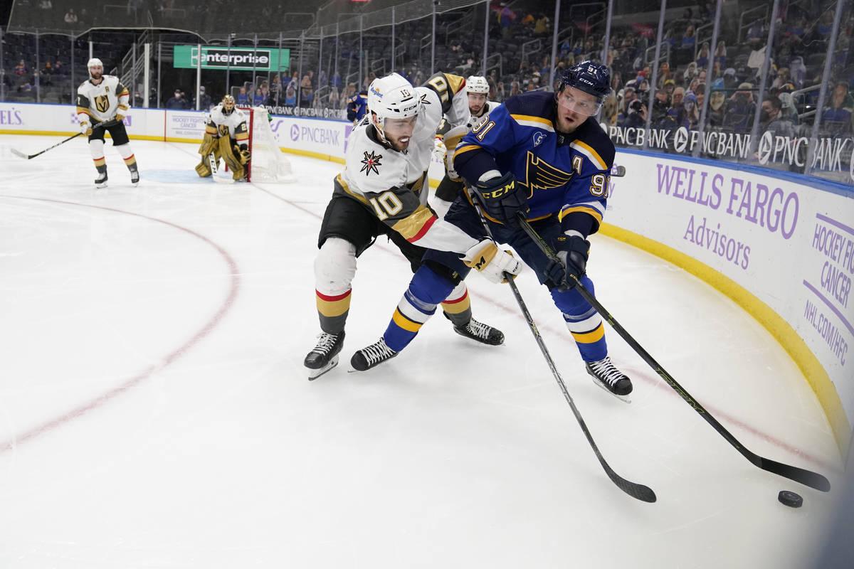 Vladimir Tarasenko, de los St. Louis Blues, a la derecha, maneja el puck mientras Nicolas Roy ( ...