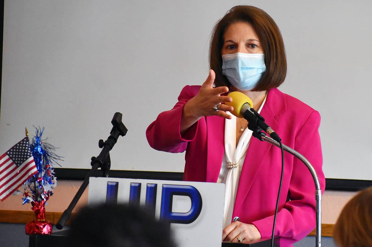 La senadora Catherine Cortez Masto explicó cómo el plan de rescate estadounidense ayudará a ...