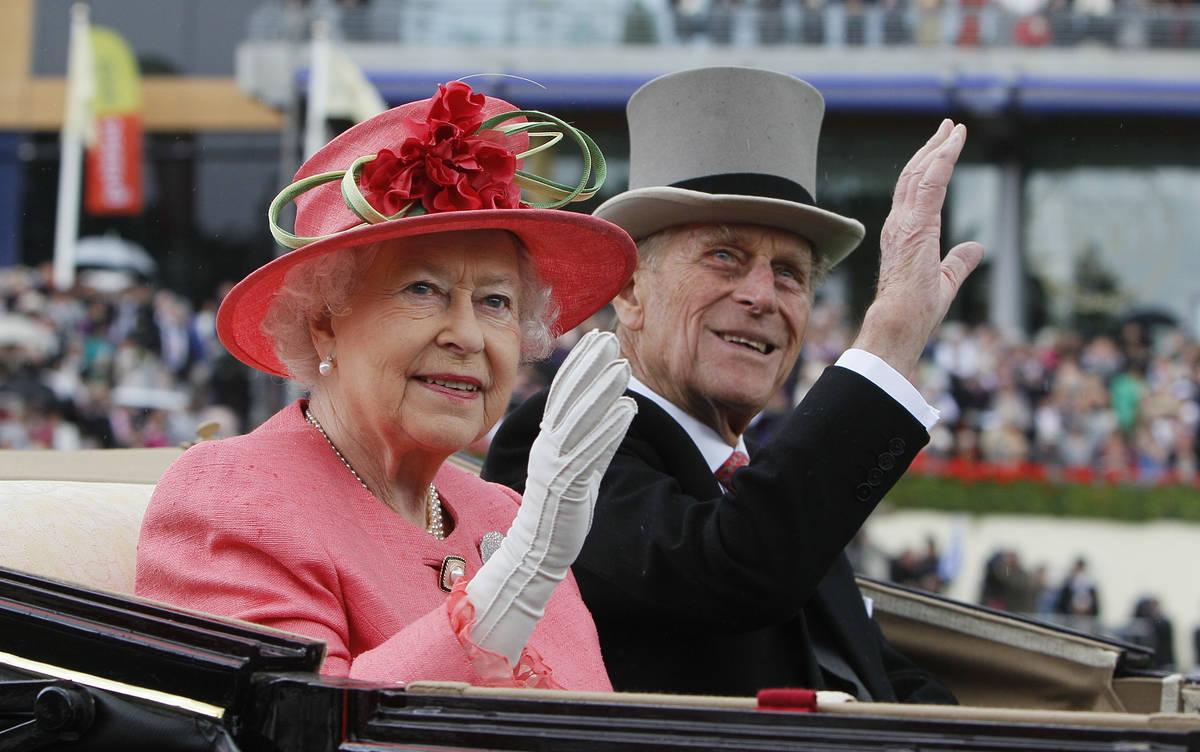 La reina Isabel II de Gran Bretaña y el príncipe Phillip llegan en coche de caballos a la pis ...