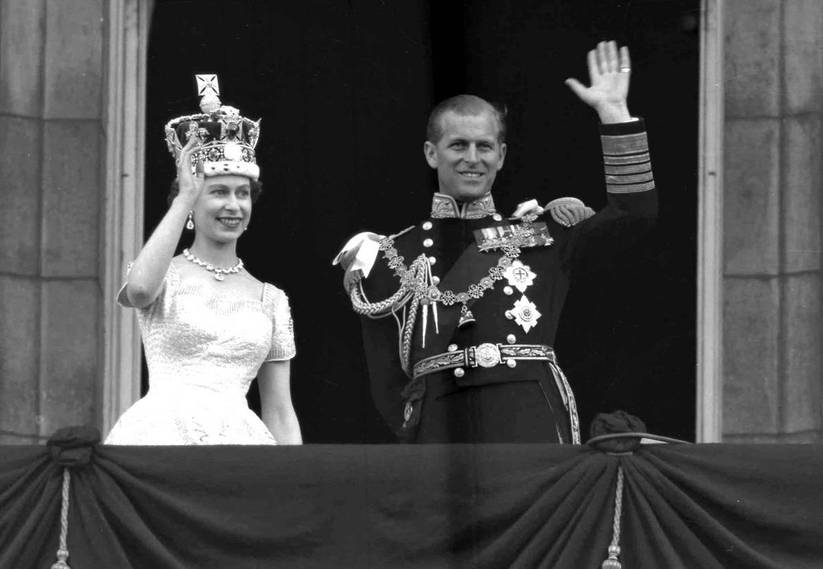 Esta es una foto de archivo del 2 de junio de 1953 de la Reina Isabel II de Gran Bretaña y el ...