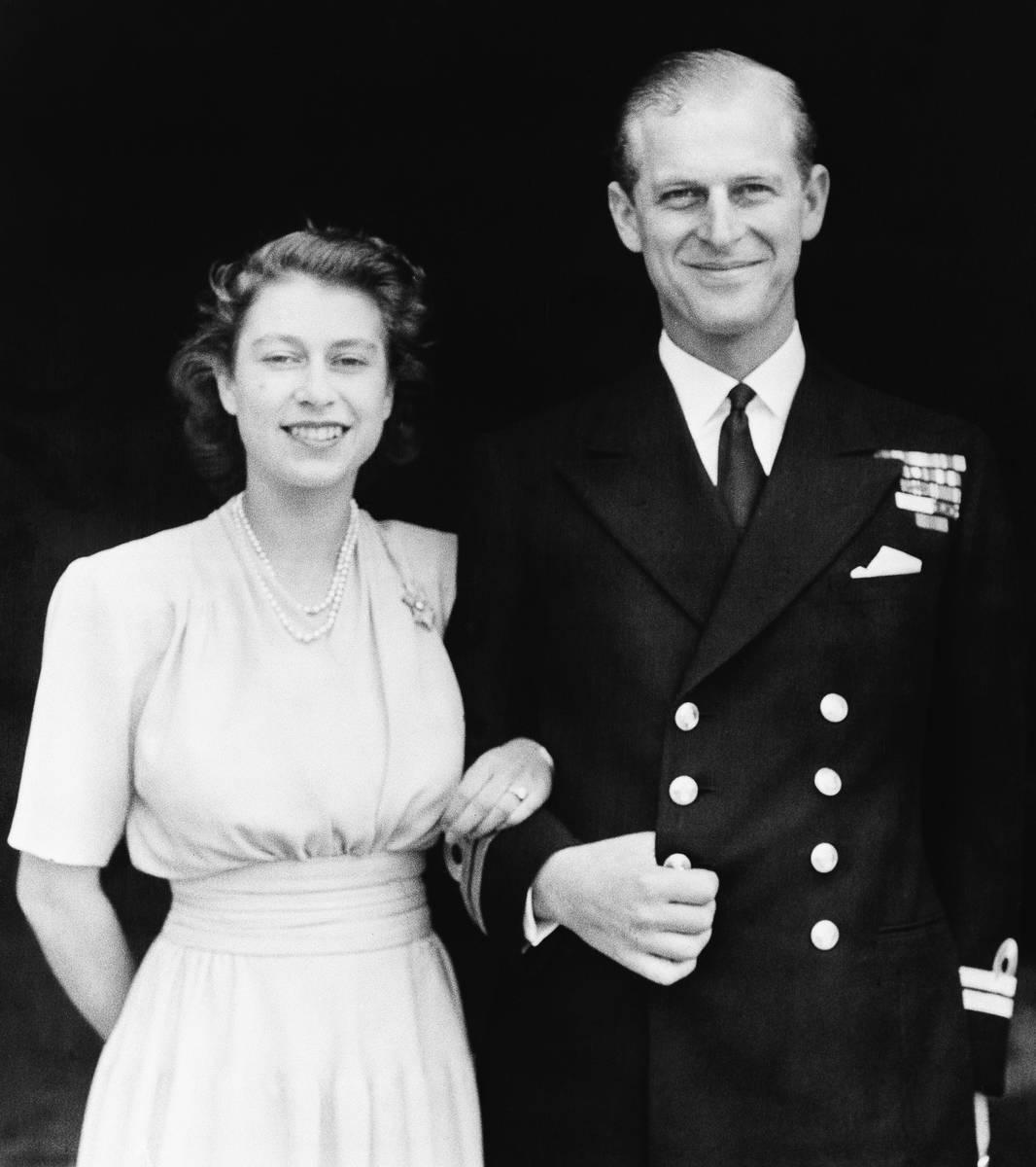 Esta foto oficial de la boda de la Princesa Isabel y su nuevo marido, el príncipe Phillip, Duq ...