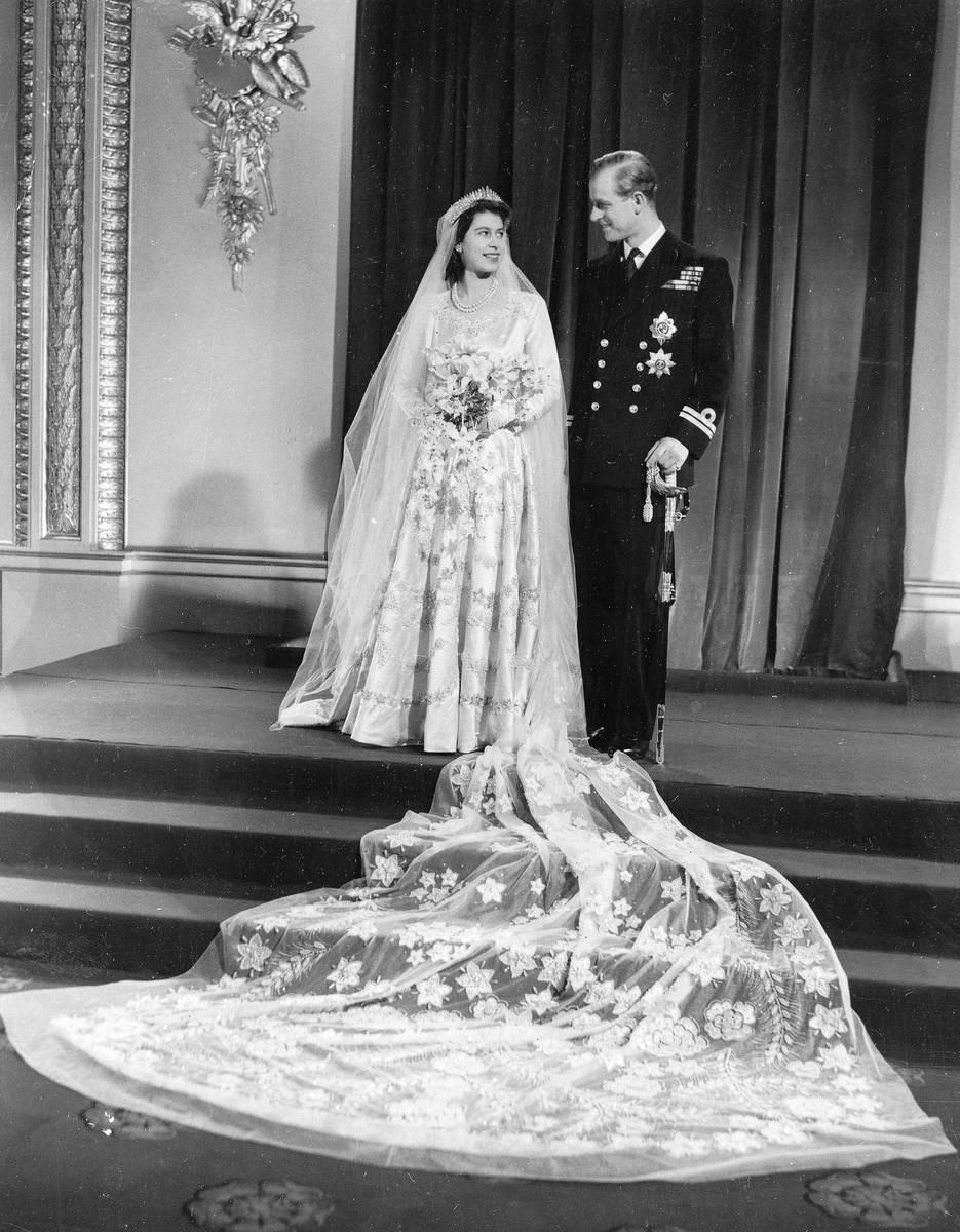 Esta es la foto oficial de la boda de la Princesa Isabel y su nuevo marido, el príncipe Philli ...