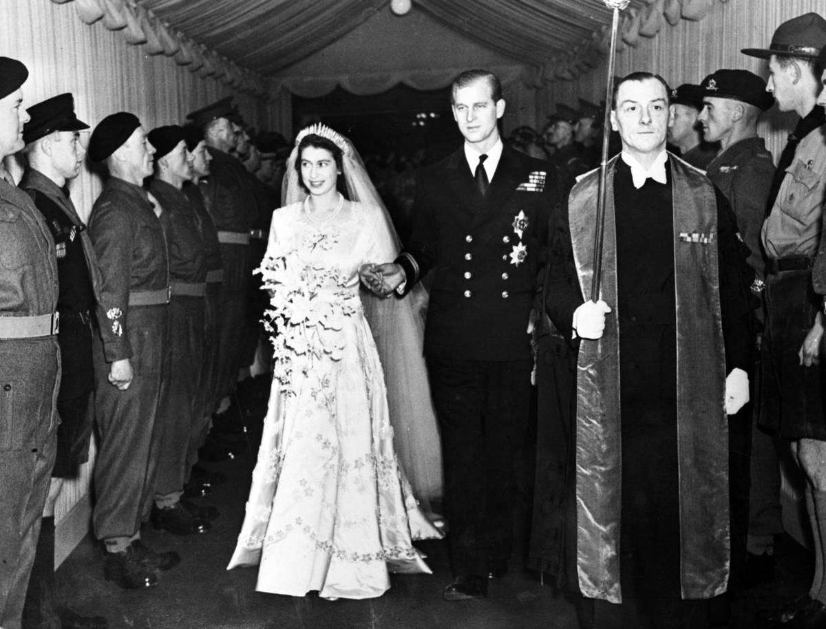 La princesa Isabel de Gran Bretaña y su marido, el duque de Edimburgo, salen de Westminster Ab ...