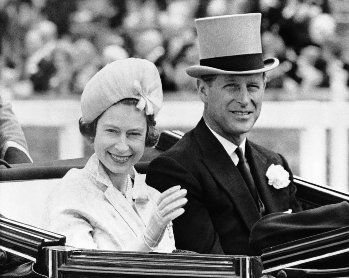 El Príncipe Philip llevaba la tradicional cofia gris mientras acompañaba a la Reina Isabel II ...