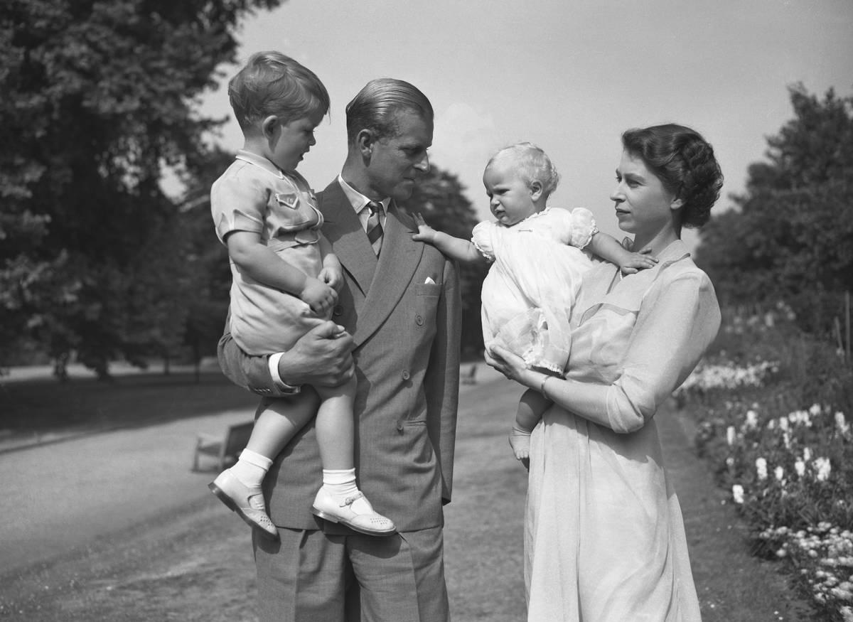 La princesa Isabel junto a su marido, el príncipe Philip, el duque de Edimburgo, y sus hijos, ...