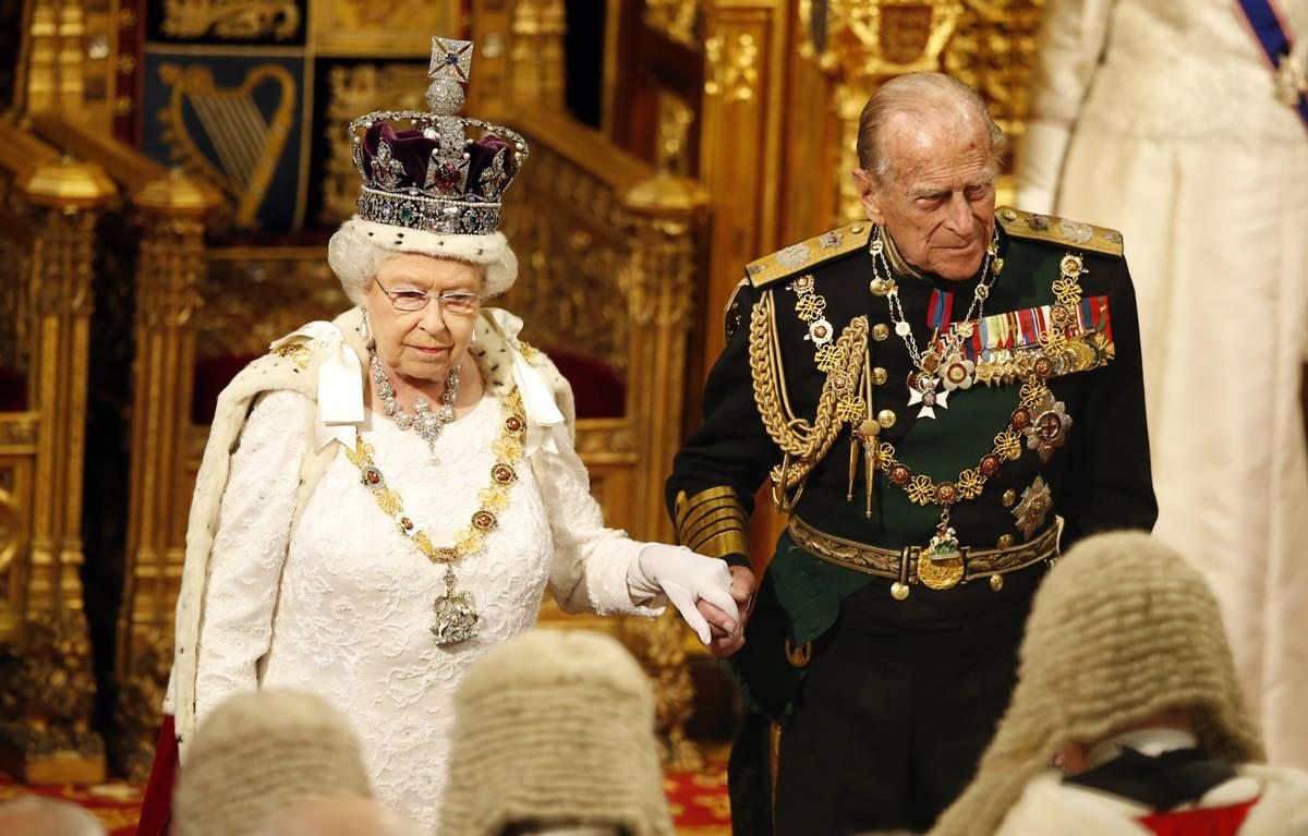 La reina Isabel de Inglaterra, acompañada por el príncipe Philip, mira a los legisladores reu ...