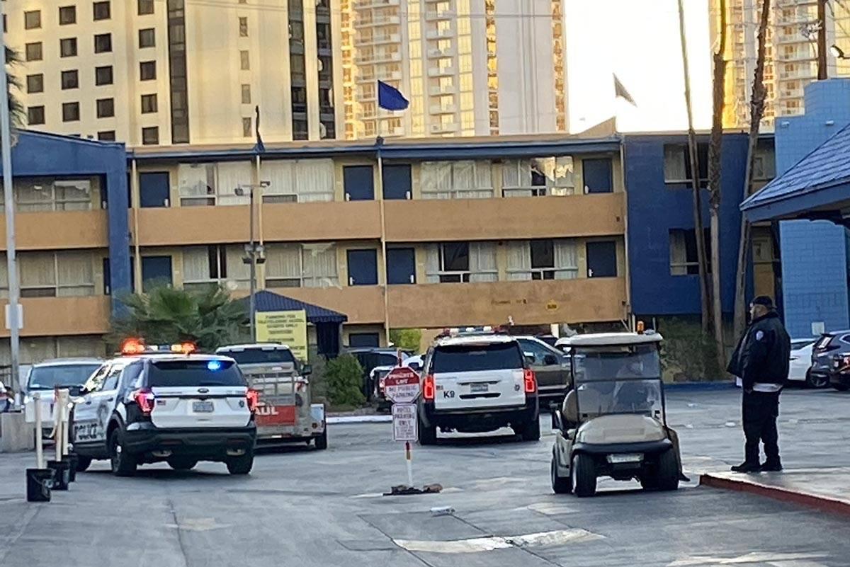 Más de una docena de coches de policía de Las Vegas fueron observados en el estacionamiento d ...