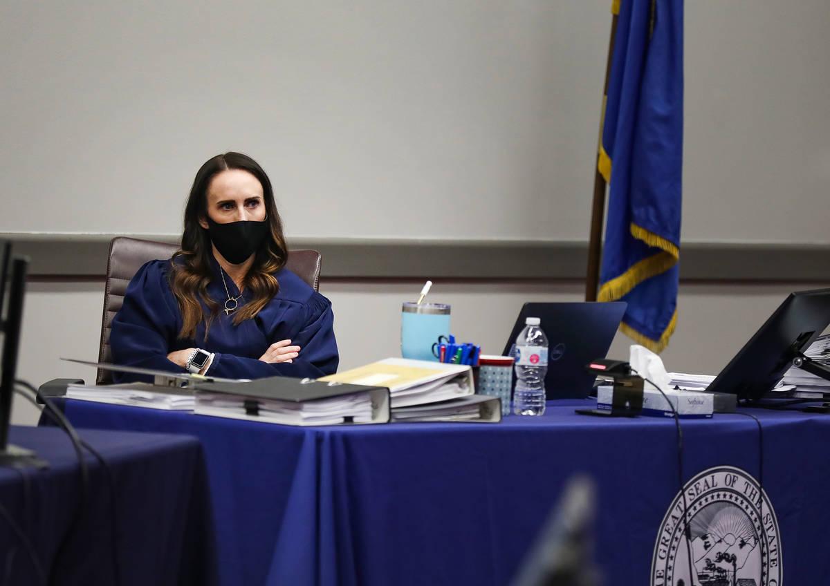La jueza de distrito Jacqueline Bluth escucha los argumentos finales en un caso civil contra Me ...