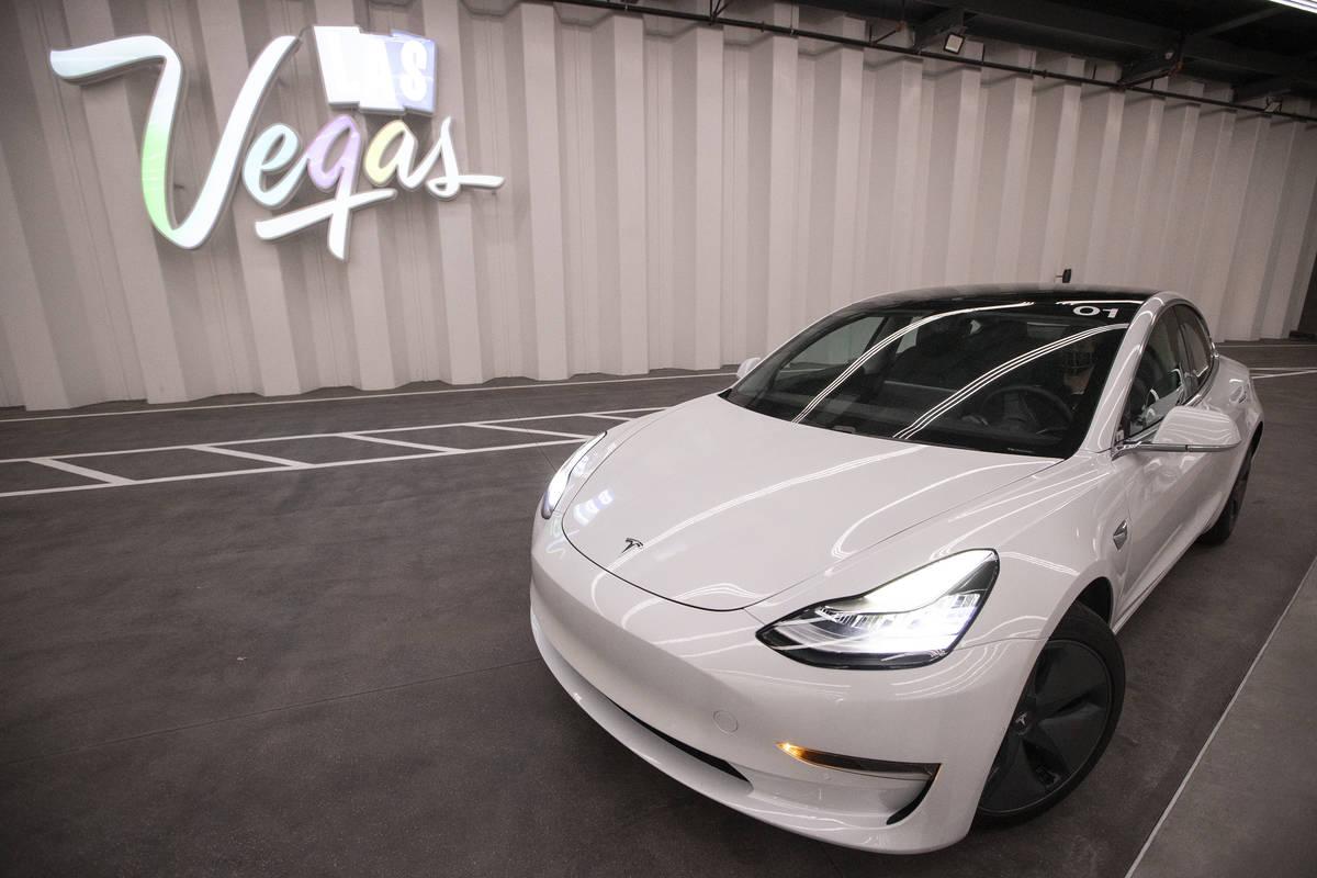 Un coche eléctrico de Tesla entra en la Estación Central del Boring Company's Convention Ce ...