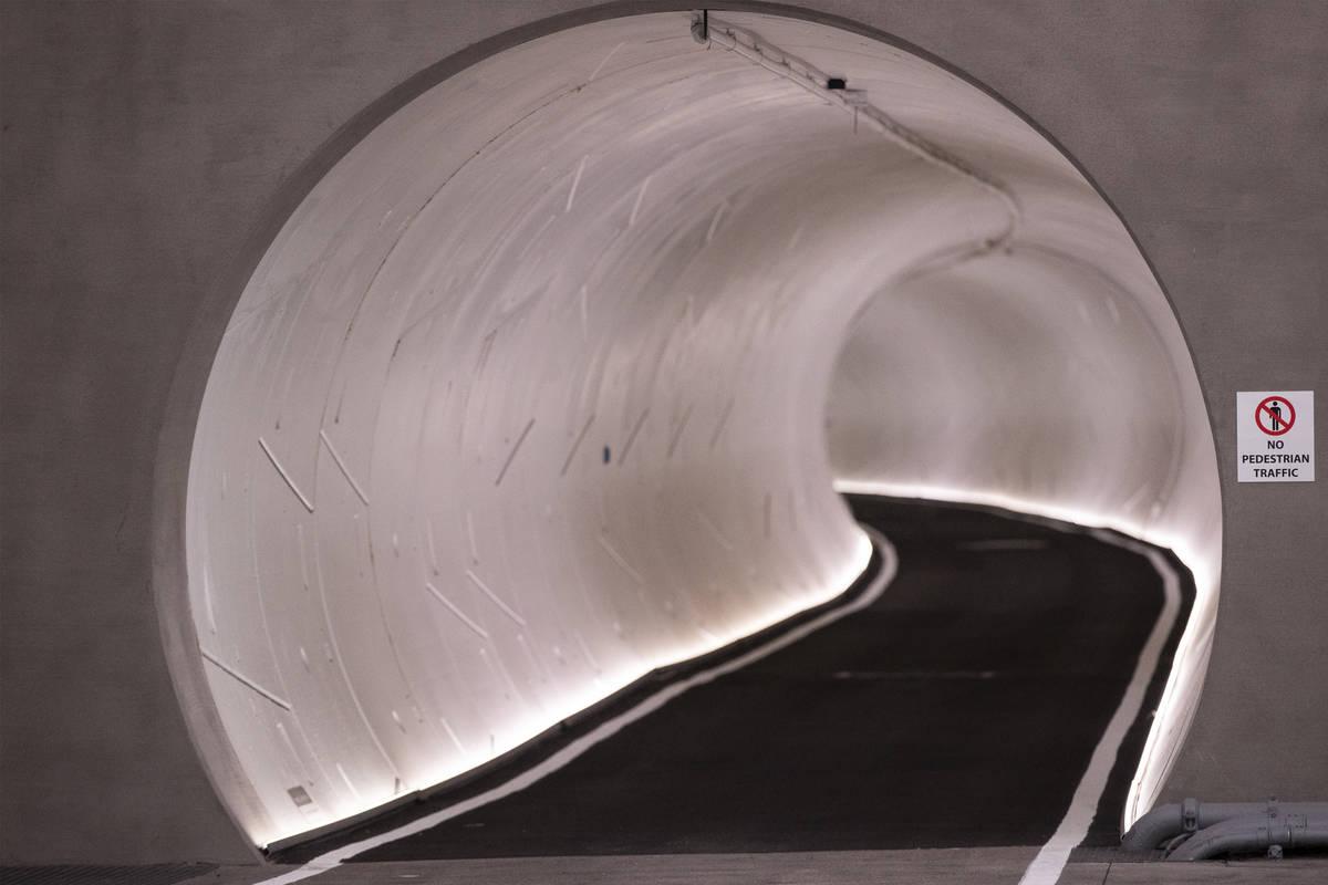 El túnel de la Central Station del Boring Company's Convention Center Loop durante un tour e ...