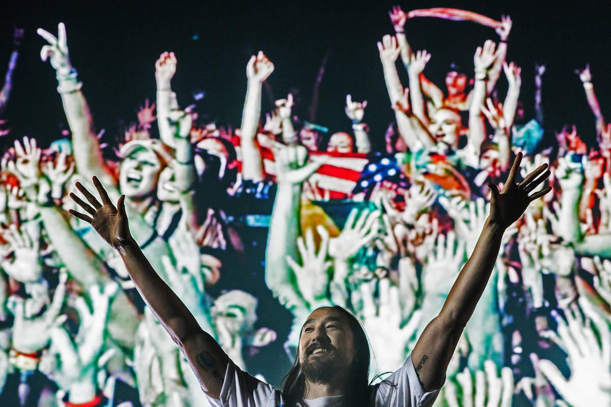 Steve Aoki anima al público durante su presentación en el escenario Circuit Grounds en el ter ...