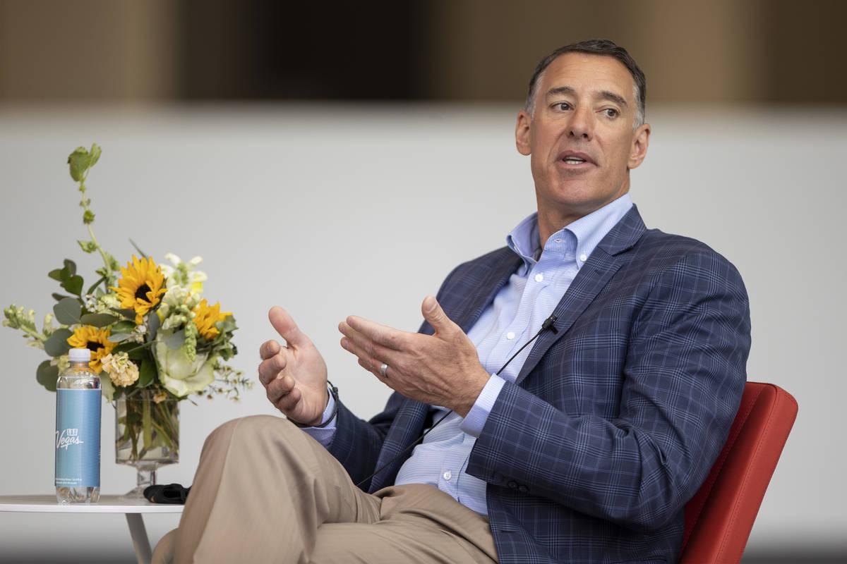 Michael Massari, director de ventas de Caesars Entertainment Corporation, habla durante una mes ...