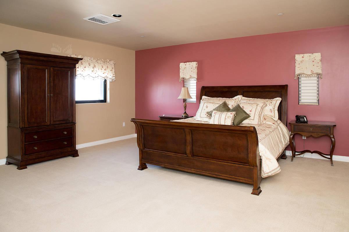 Una habitación. (Tonya Harvey Real Estate Millions)