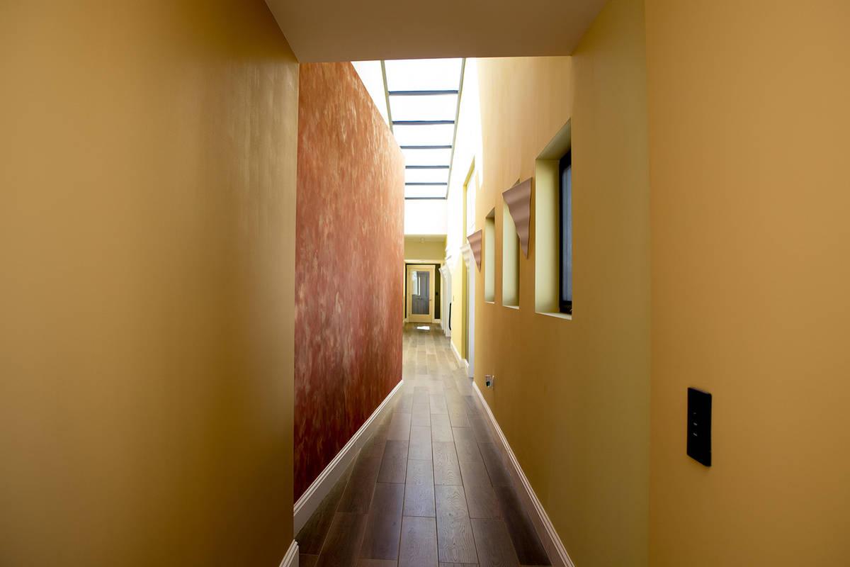 Los pasillos conducen a habitaciones secretas. (Tonya Harvey Real Estate Millions)