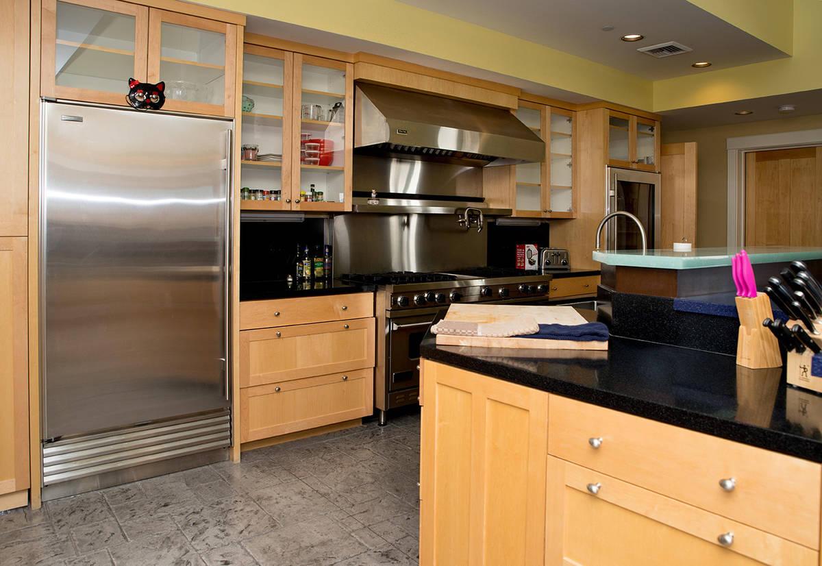 La cocina. (Tonya Harvey Real Estate Millions)