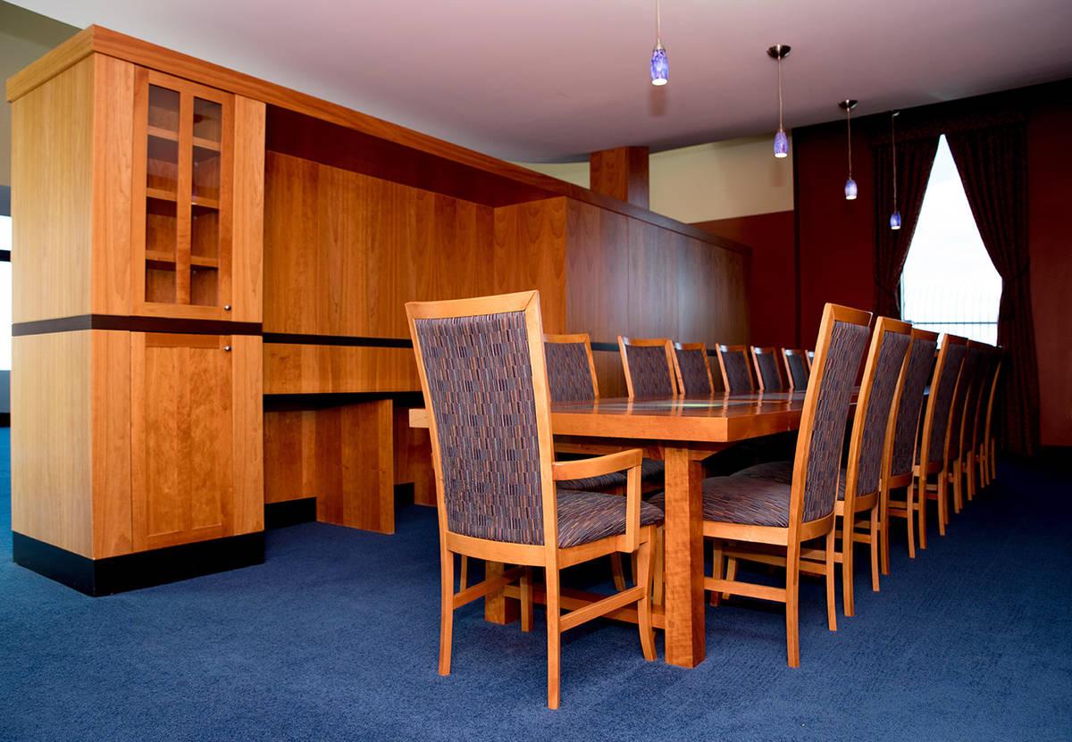 La mesa del comedor tiene capacidad para 18 personas. (Tonya Harvey Real Estate Millions)