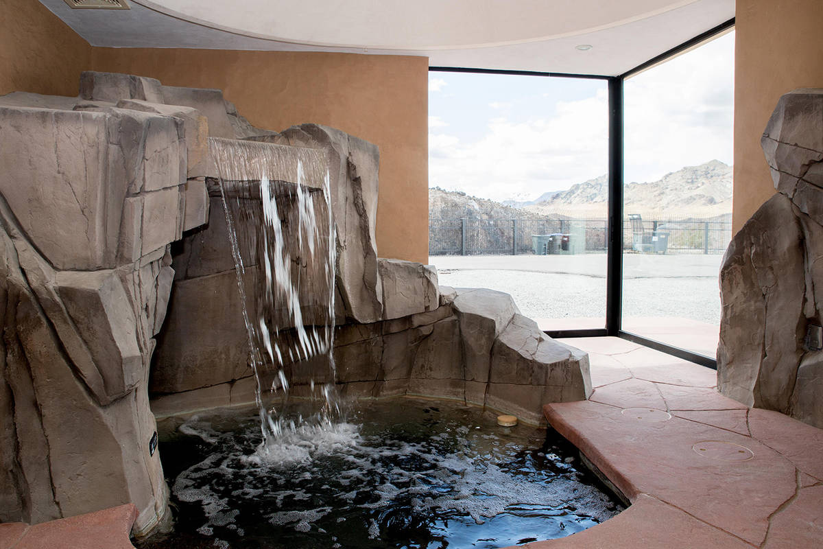El dormitorio principal tiene una gruta. (Tonya Harvey Real Estate Millions)