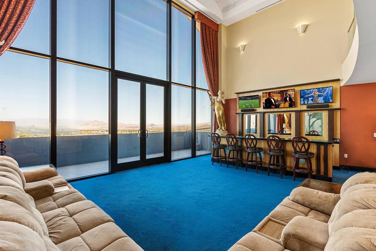 El castillo en Henderson cuenta con una gran sala con un bar y techos de barril de 30 pies de a ...