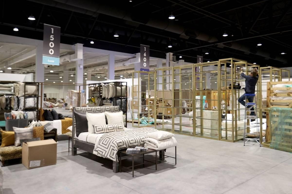 Expositores temporales de regalos y hogar se instalan en Market Las Vegas tras la ceremonia de ...